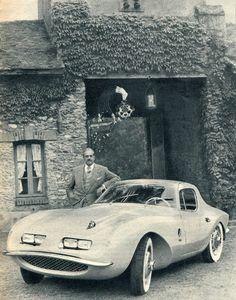 Raymond Loewy pose en juin 1957 près du coupé BMW 507 que Pichon Parat vient de réaliser. La carrosserie en duraluminium s'appuie sur une armateur tubulaire en acier. L'ensemble pèse 1300 kg.
