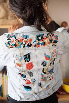 Unos hilos, una aguja y cualquier pedazo de tela bastan para que haga una maravilla. Trini Guzmán, la artista detrás de @cosiobordaotejio, es una de las mayores responsablesde este boom bordador que vemos en medio de este también boom de las manualidades. Hace talleres, investigación, pinta, teje…. Puro talento que ha desarrollado con una filosofía …
