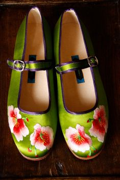 Chinese embroidered shoes by Suzhou Cobbler Chinoiserie, Chinese Embroidery, Shabby Look, Best Flats, China Girl, Chinese Clothing, Walk This Way, Oriental Fashion, Chinese Culture