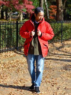 オリーブのウールシャツの上にレッドのダウンジャケットで、図らずともクリスマスカラーに。   防寒性は