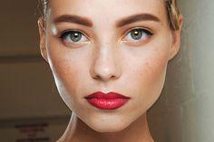 Τονισμένα φρύδια για έντονο βλέμμα Απαραίτητη προϋπόθεση για κάθε μακιγιάζ.