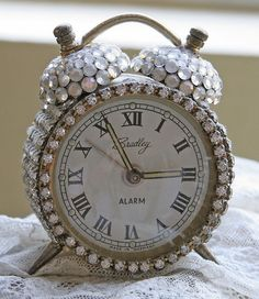 Nothing better than a bedazzled vintage clock to add some sparkle to your shabby chic room Shabi Chic, Vintage Accessoires, Glitter Make Up, Sparkles Glitter, My New Room, Girly Things, Home Accessories, At Least, Jewels