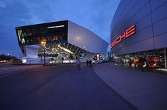 Rund 100 Mio. EUR hat sich Porsche seinen Tempel der Markenpräsentation in Zuffenhausen (links im Bild) kosten lassen. Und das Geld ist gut angelegt. Die Ausstellung zeigt so manches Sahneschnittchen aus 60 Jahren Historie. Ein Besuch ist wirklich empfehlenswert. Foto: 8mobile via Wikipedia.