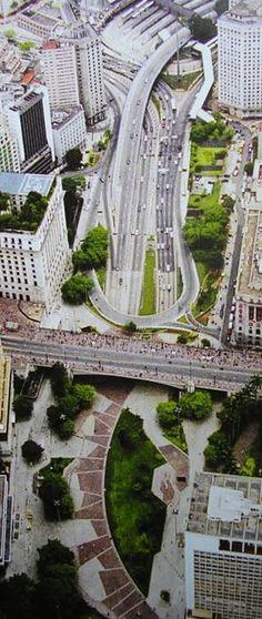 Dias atuais - Visão do Vale do Anhangabaú com o viaduto do Chá. No alto temos a praça da Bandeira, à direita o início da avenida 9 de Julho e à esquerda a avenida 23 de Maio.