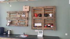 Wij tonen lef ... Pup Pop Up Pallets schroeft gerust een pallet aan de muur. #Fairtrade #wood www.popuppallets.nl