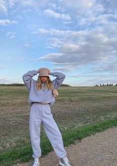 Chill Outfits, Cute Comfy Outfits, Mode Outfits, Fashion Outfits, Vetement Fashion, Instagram Pose, Aesthetic Clothes, Photography Poses, Ideias Fashion