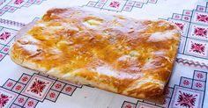 Vă prezentăm o rețetă de chec-plăcintă sărată delicioasă, din bucătăria tradițională ucraineană. Acest chec își are originea în Galiția,ce este o regiune istorică împărțită actualmente între Polonia și Ucraina. Acesta este un fel de mâncare ce poate fi servit atât cald, cât și rece, fiind prezent mereu pe masa de sărbătoare a populației galițiene. Din cele mai simple și accesibile ingrediente obțineți un deliciu mai puțin obișnuit, aromat, original și apetisant. Echipa Bucătarul.euvă…