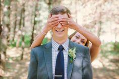 Idea de foto para cuando los novios se vean por primera vez en la boda #bodas #ElBlogdeMaríaJosé #fotosboda #firstlook
