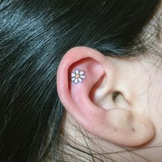 2017 trend Tiny Tattoo Idea - 18 Tiny Tattoos That Are Prettier Than Any Piercing The daisy one is my absolute...