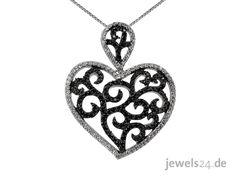 Moderne Halskette in 925/000 Silber, bestehend aus einem Anhänger in Herz-Form besetzt mit schwarzen und weißen Zirkonia, und einer Venezianer-Kette. Dieses Muster in Silber ist besetzt mit schwarzen Zirkonia, der äußere Rand des Herz ist mit weißen Zirkonia ausgefasst.  Zum Valentinstag ist dies ein besonders passendes Geschenk. Edel und aus Deutschland gibts besten Schmuck zum Valentinst unter www.jewels24.de Ihrem Online Schmuck Shop. #kette #valentinstag #jewels24 #geschenk #schmuck