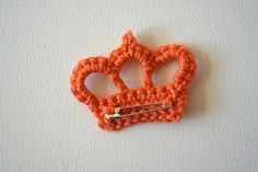 How to crochet a crown (kroontje haken). Easy photo tutorial by De Haakbrigade. Crochet Crown Pattern, Crochet Motif, Crochet Yarn, Crochet Flowers, Crochet Patterns, Knitting Patterns, Crochet Gifts, Cute Crochet, Little Presents
