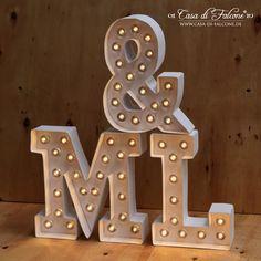 Mit unseren LED Leuchtbuchstaben lässt sich die Hochzeitslocation richtig cool dekorieren!  Bildet mit den einzelnen Leuchtbuchstaben Eure Initialen, euer Hochzeitsmotto oder Wort. Im Dunkeln kommt der leuchtende Schriftzug richtig toll zur Geltung. Nach der Hochzeit finden die Leuchtbuchstaben sicherlich einen schönen Platz in Eurem Liebesnest.  Die Leuchtbuchstaben und Leuchtschilder sind batteriebetrieben und überall einsetzbar: am Eingangsbereich, an der Tanzfläche oder an der Bar.