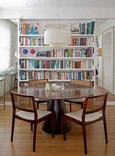 Na sala de jantar, a mesa redonda (Interni), invariavelmente enfeitada de arranjos forais montados pela moradora, reúne a família.