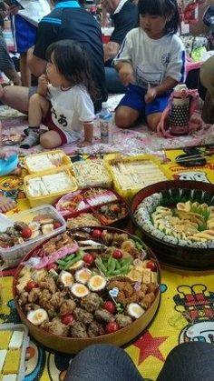 雨の運動会でしたがお昼ご飯は賑やかに私の作ったおにぎりと煮〆のほかにママのサンドイッチとたくさんのおかずが勢揃い楽しく頂きました()  #熊本県#山都町#島木 #運動場 tags[熊本県]