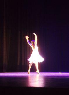 Título de la obra: Bailarina. Autor: Treisy Valeria Guardado Romero. 25/2/2016 Apertura de diafragma: f/5.6 Velocidad de obturación: 1/10s ISO: 3200