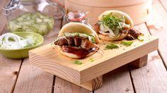 Deliciosa y fácil receta de inspiración asiática de unos Pork buns rellenos de panceta especiada, pepino, cebolleta y salsa Hoisin.