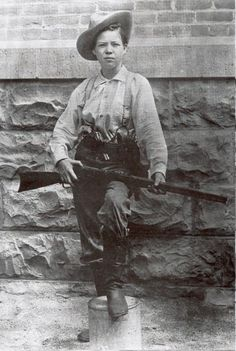 Hart Pearl Hart, outlaw: Canadian-born outlaw of the American Old West. She committed one of the last recorded stagecoach robberies in the United States; her crime gained notoriety primarily because of her gender. Cowgirls, Old West Outlaws, Westerns, Old West Photos, Eugene Atget, Into The West, Cowboys And Indians, Real Cowboys, Le Far West