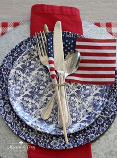Patriotic Table Setting - 14 Ideas for Summer Table Inspiration Fourth Of July Decor, 4th Of July Celebration, 4th Of July Decorations, 4th Of July Party, July 4th, Small American Flags, Yankee Doodle Dandy, Table Setting Inspiration, Patriotic Party