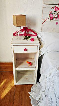 Cabecero y mesilla en blanco y fresa    Bohemian and Chic Nightstand, Decor, Furniture, Table, Home, Home Decor