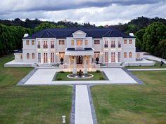 Ridong billionaire Riyu Li buys Bellagio La Villa, the Gold Coast hinterland mansion - such a beautiful design Style At Home, Dream Mansion, White Mansion, Beach Mansion, Luxury Homes Dream Houses, Dream Homes, Big Homes, Mansions Homes, Luxury Mansions