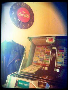 Jacket nail 1957, Jukebox Ami 200, clock Wall CocaCola USA 1940.