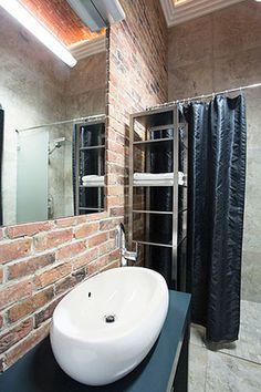 Łazienka  - cegła wokół lustra