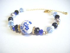 Ceramic blue flower beads and glass beads bracelet par Coloramelody