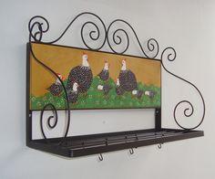 Paneleiro em ferro com painel de madeira pintado,motivo galinha angola (outros motivos sob consulta)  *** acompanha 10 ganchos ***