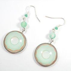 Boucles d'oreille argenté avec un cabochon en verre motif cookie et sa perle agate effet givré vert*transparent