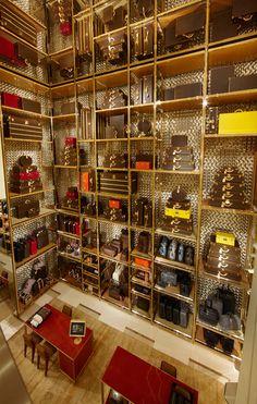 En esta tienda han aprovechado las estanteria, esta muy cuidado colocado y sobre todo el fondo en dorado da la sensacion de lujo. Ademas el espejo que hay en el techo da la sensacion de que la tienda es infinita. Macarena Louis Vuitton, Rome