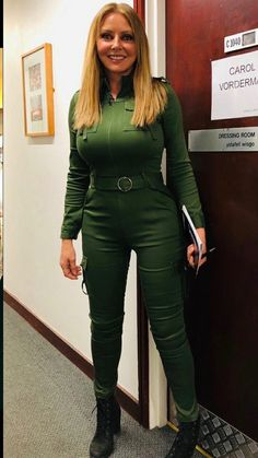 Carol Vorderman is a British media personality. She is popularly known us for popular game show Countdown as a co- hosted. Carol Vordeman, Carol Kirkwood, Tv Girls, Botas Sexy, Girl With Curves, Tv Presenters, Foto Pose, Sexy Older Women, Hollywood