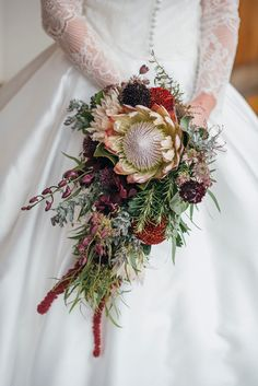 Moody inspired bouquet Photo: @francismeaney Burgundy Bouquet, Purple Wedding, Wedding Flowers, Fall Bouquets, Bridal Bouquets, Chocolate Cosmos, Purple Orchids, Lavender Roses, Peonies