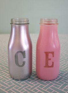 Iniziali su bottiglie di vetro