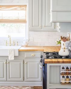 15 Stunning Kitchens with Stained Cabinets - Sincerely, Marie Designs Many are dreaming of freshly painted cabinets but there are some beautiful stained cabinets. I've got 15 stunning examples of stained kitchen cabinets! Updated Kitchen, New Kitchen, Kitchen Decor, Kitchen Design, Room Kitchen, Kitchen Furniture, Kitchen Ideas, Ugly Kitchen, Hickory Kitchen