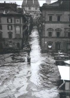 THE FLOODS OF FLORENCE~ Venerdì 4 novembre 1966 in seguito a un`eccezionale ondata di maltempo, fu uno dei più gravi eventi alluvionali accaduti in Italia, e causò forti danni  a Firenze. L`esondazione dell`Arno provocò 34 morti, 13.000 famiglie disastrate, 12.000 automobili sommerse, 20.000 imprese artigiane alluvionate, danni per migliaia di miliardi di lire.   #TuscanyAgriturismoGiratola