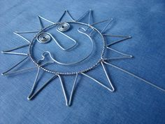 slniečko...This would be cute in my garden! Wire Crafts, Diy And Crafts, Wire Flowers, Xmas Presents, Loom Weaving, Sun Catcher, Outdoor Art, Wire Art, Make And Sell