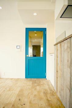 無垢フローリングと鮮やかな塗装の組み合わせ。お家の中にポイントがあると空間にも豊かさが生まれます。
