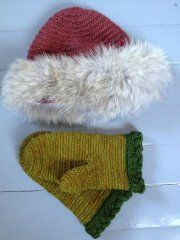 Nalbinding: fur decorated hat and mittens. Yarns natural dyed.