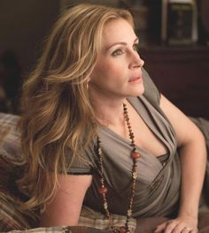 Julia Roberts, The Pretty Woman Of All Times, portrayed some mind blowing roles in Hollywood. Cabello Julia Roberts, Cheveux Julia Roberts, Julia Roberts Hair, Eric Roberts, Brittany Murphy, Eat Pray Love, Elizabeth Gilbert, Olivia Newton John, Michelle Pfeiffer