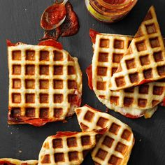 Waffle-Iron Pizzas Easy Dinners For Kids, Kids Meals, Waffle Maker Recipes, Pizza Recipes, Breakfast For Dinner, Breakfast Recipes, Quiche, Waffle Pizza, Tummy Yummy