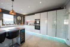 """""""Rezultatul final ne mulțumește în totalitate, practic, estetic și foarte funcțional. Colaborare cu echipa Kuxa a fost satisfăcătoare din punct de vedere estetic, practic și funcțional. Mulțumim frumos echipei Kuxa!"""" Anca Kitchen Island, Kitchen Design, Design Inspiration, Modern, Studio, Home Decor, Hip Bones, Island Kitchen, Cuisine Design"""