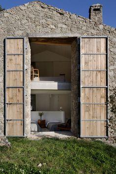 Une ancienne écurie rénovée en maison de famille de charme | Ruedeladeco | #stone #maison #architecture #design