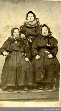 Eit gamalt bilete av 3 kvinner i folkedrakt Norway, Museum, Movie Posters, Movies, Art, Art Background, Films, Film Poster, Kunst