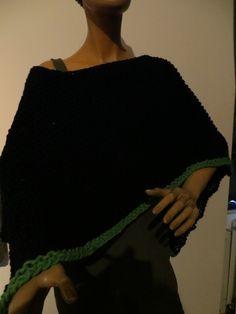 handgestrickter Poncho, schwarz mit grüner Umrandung, wool Black Wool, Ponchos, Scarf Crochet, Handarbeit, Breien