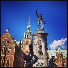metteschilling #danish #royal #castle #frederiksborg #hillerød #denmark #architecture #archilover #artlover #fabskyshots #fabshots #bluesky #skylover #skyphotos #postcardsfromtheworld #photolover #photooftheday #bestoftheday #bestcityshots #copenhagen #kongernes #nordsjælland #danmark #featuremagnet #unsung_masters #landscape_collection #scanshots #scandinavia