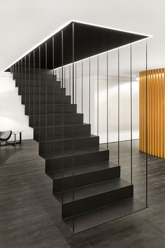 Particolare scala sospesa in metallo verniciato nero - stupendo design