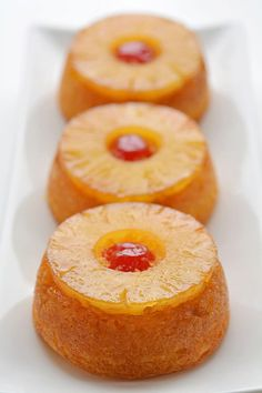 desserts These mini pineapple upside down cakes are so pretty and they're REALLY SIMPLE to make! This is such an easy dessert recipe that is simple enough to make at the last minute on a wee Mini Desserts, Easy Desserts, Mini Dessert Recipes, Plated Desserts, Mini Dessert Cups, Tropical Desserts, Pineapple Dessert Recipes, Raspberry Desserts, Gourmet Desserts
