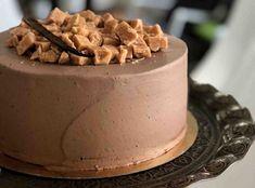 Chcete splnit sen čokoholikovi? Upečte mu čokoládový dort! A čokoládou rozhodně nešetřete, ten nejlepší dort má totiž z čokolády korpus, krém i zdobení :) Waffles, Food And Drink, Pudding, Fresh, Baking, Breakfast, Desserts, Cakes, Recipes