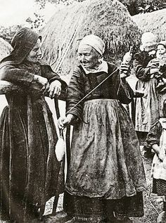 Femmes de la Montagne, Botmeur et La Feuillée, filant la quenouille.