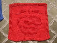 Apple dish cloth, found on : http://www.knittingknonsense.com/applecloth.html